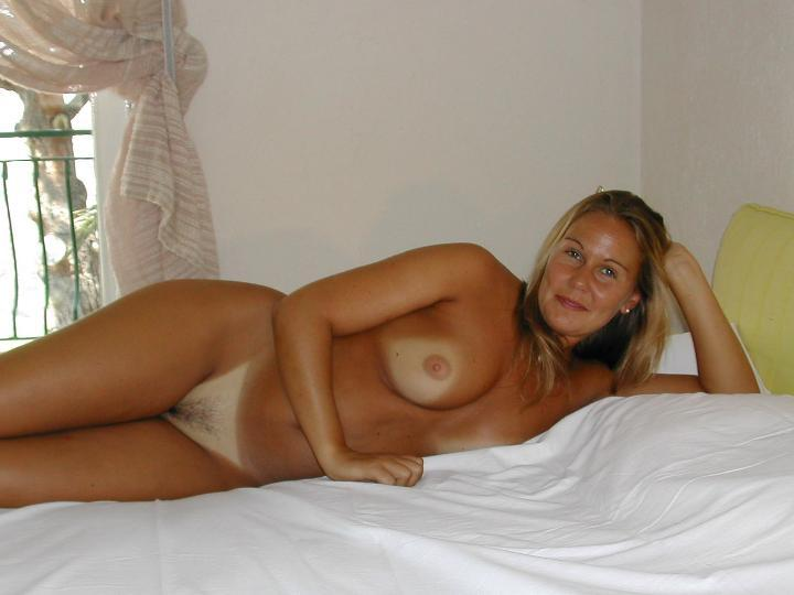 Blond Amateur Girl – Holiday pics TOP