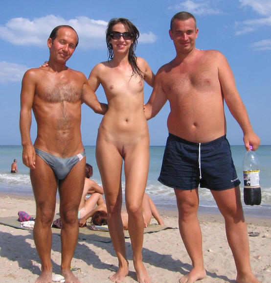 Превью семья нудистов на пляже. семья нудистов на пляже.