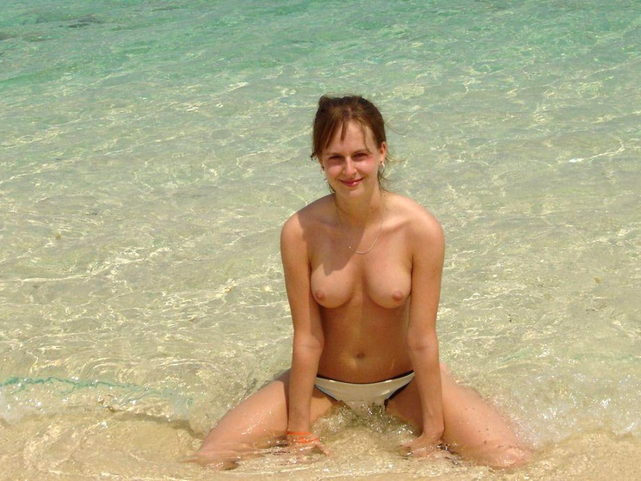 Young Amateurs Girl on Beach – Topless pics No.06
