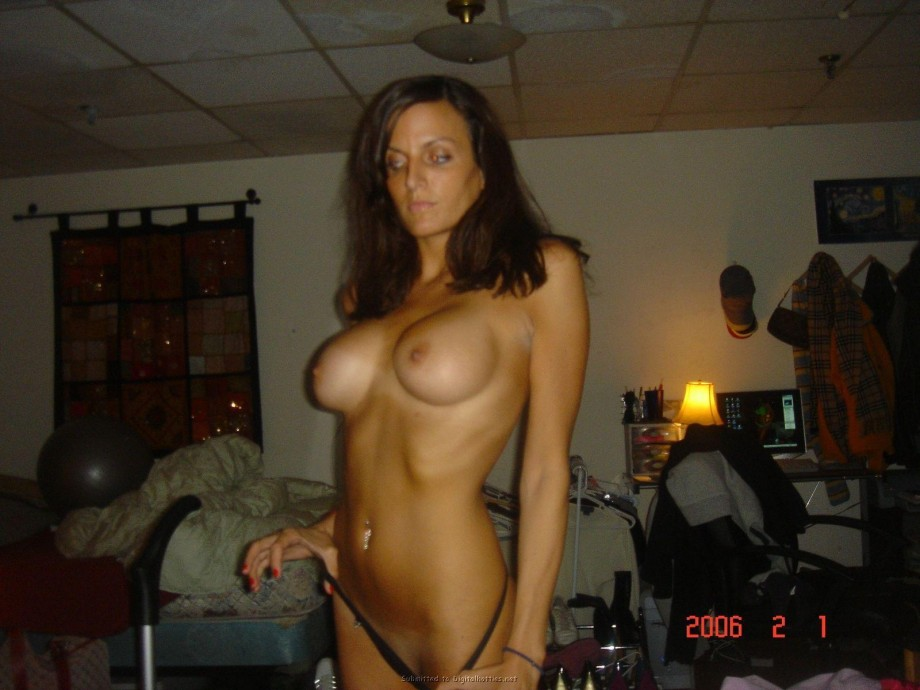 Amateur Brunette likes to pose TOP