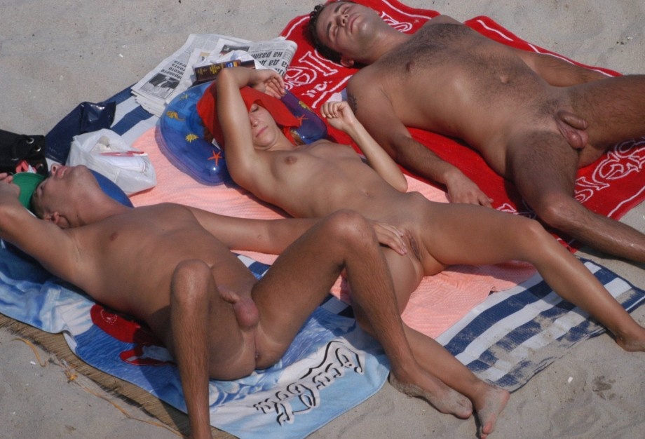 Girl With Two Boys On Nude Beach Seymanager Girls