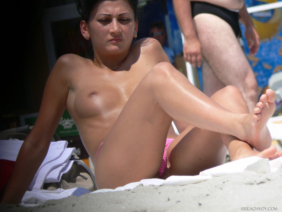 Topless Girls on the Beach – 140