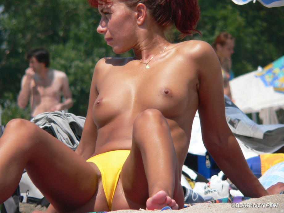 Topless Girls on the Beach – 122