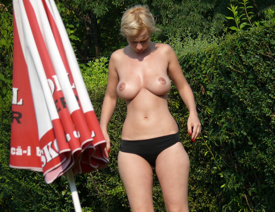 Topless Girls on the Beach – 143
