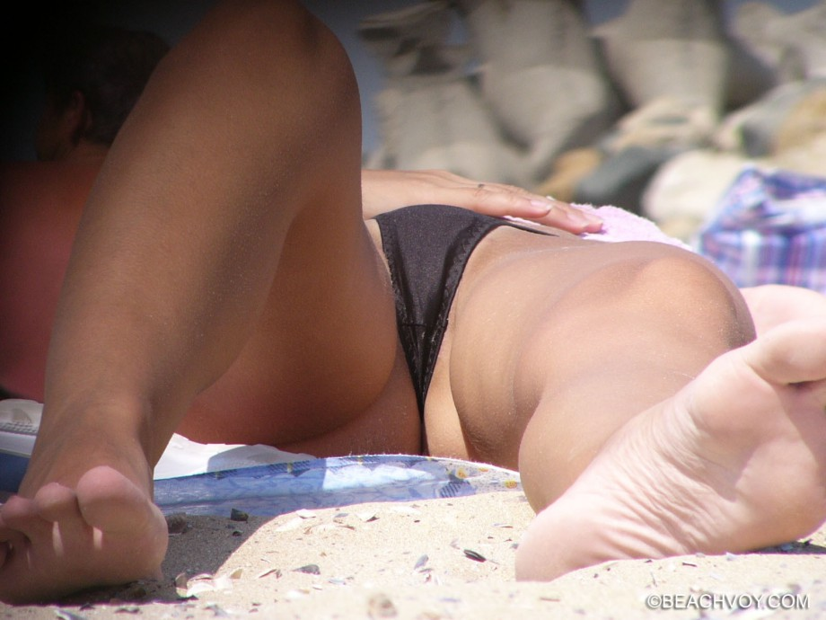 Topless Girls on the Beach – 062