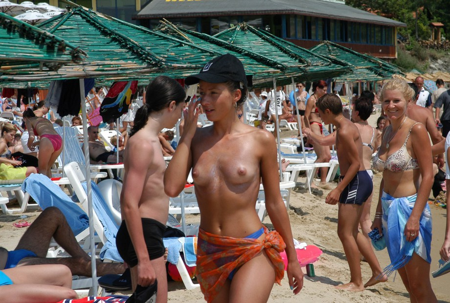 Topless Girls on the Beach – 167 – Crowded Beaches