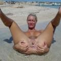 Rasierte Blondiene mit rasierter Pussy nackt am Strand