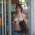 Sexy rothaariges Girl mit rasierter Votze nackt auf einer Wiese