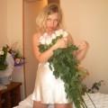 Braut im Schlafzimmer auf einem Rosenbett in heißes Dessous