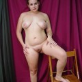 Molliges tätowiertes Amateur Girl mit großen Brüsten
