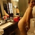 Reife Amateur Frau mit rasierter Votze im Hotelzimmer