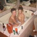 Zwei Bi Girls rasieren ihre Muschis in der Badewanne